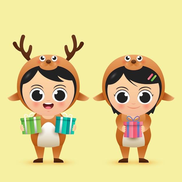 Netter charakterjunge und -mädchen der frohen weihnachten tragen rotwildkostüm Premium Vektoren