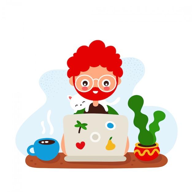 Netter glücklicher lächelnder junger mann an einem schreibtisch mit einem laptop und einer katze Premium Vektoren