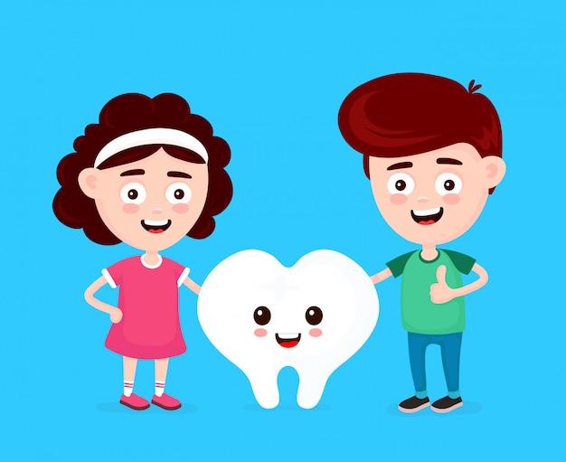 Netter glücklicher lustiger lächelnder junge, mädchen und weißer zahn Premium Vektoren