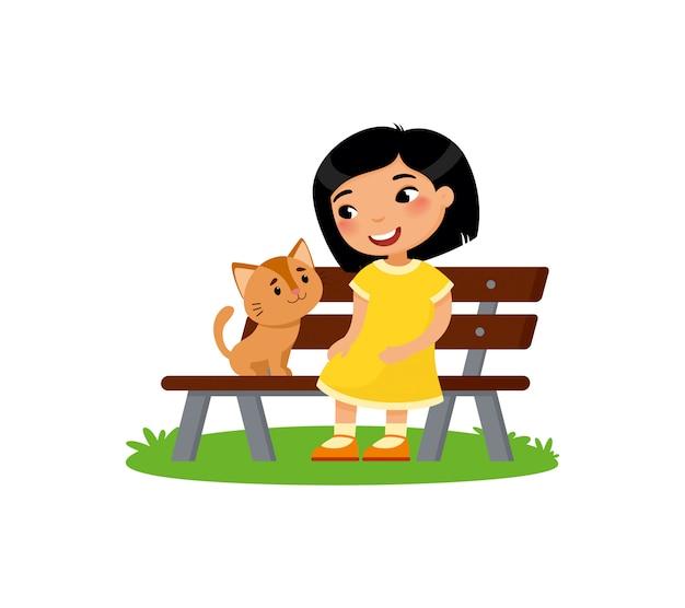 Nettes kleines asiatisches mädchen und miezekatze sitzen auf der bank. glückliches schul- oder vorschulkind und ihr haustier, die zusammen spielt. Premium Vektoren