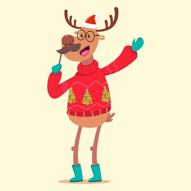 Nettes ren in einer lustigen figur der hässlichen weihnachtsstrickjacken-karikatur an lokalisiert. Premium Vektoren