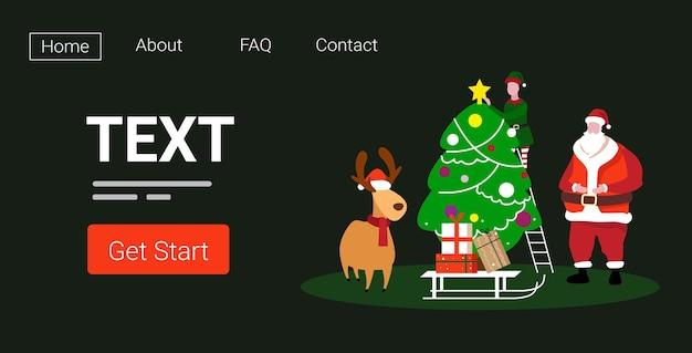 Niedliche elfe santa und hirsch stehen zusammen in der nähe von tannenbaum frohe weihnachten frohes neues jahr urlaub feier konzept landing page Premium Vektoren
