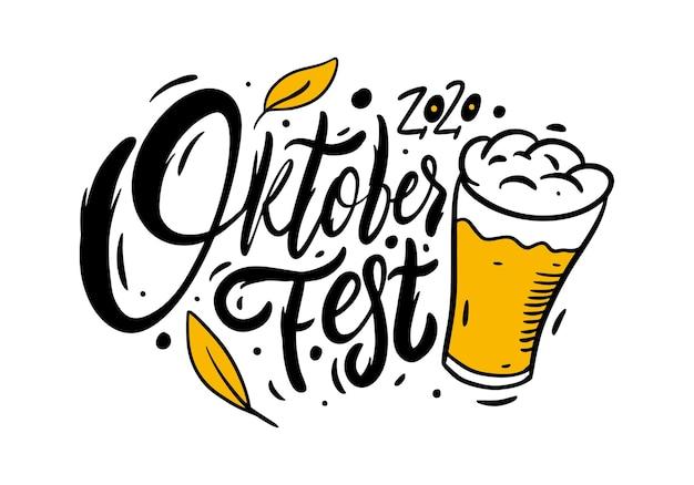 Oktoberfest kalligraphie und bierkrug. hand gezeichnete beschriftung. schwarze farbtextvektorillustration. isoliert Premium Vektoren