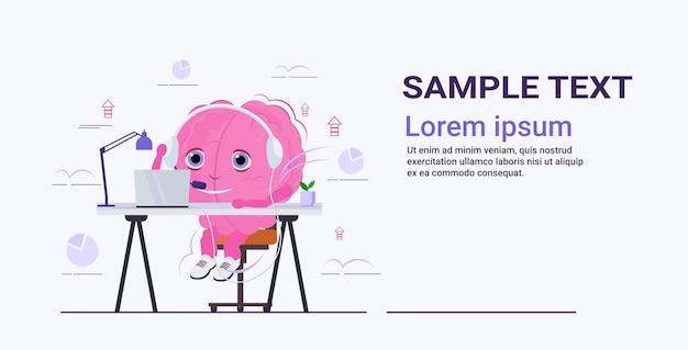 Organ des menschlichen gehirns unter verwendung von musik, die laptop mit kopfhörern anruft callcenter-betreiberunterstützungskonzept rosa zeichentrickfigur horizontaler skizzenkopierraum Premium Vektoren