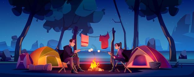 Paar im lager mit zelt und lagerfeuer in der nacht Kostenlosen Vektoren