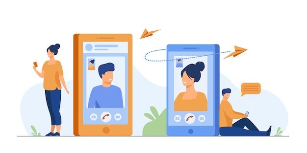 Paar mit smartphones, die per videoanruf sprechen Kostenlosen Vektoren