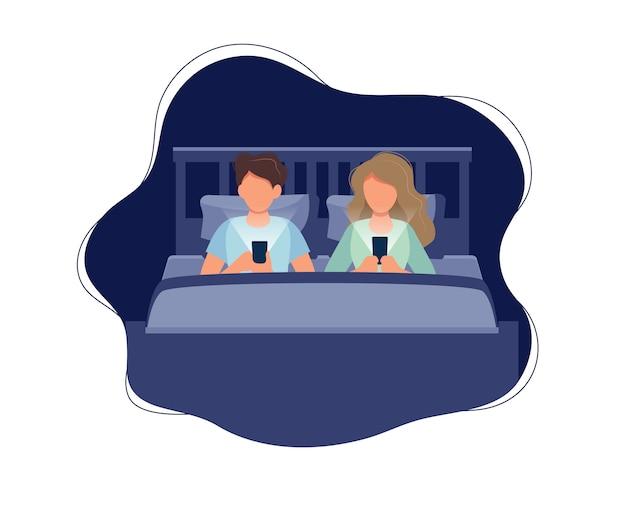Paare, die in bett mit telefonen nachts legen. Premium Vektoren
