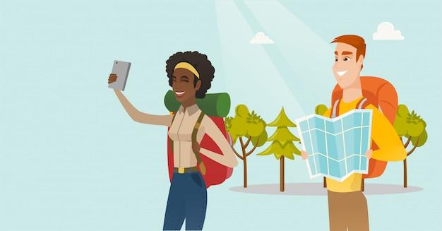 Paare von den multiethnischen reisenden, die selfie machen. Premium Vektoren