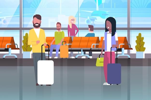 Paare von reisenden mit koffern an wartehalle Premium Vektoren