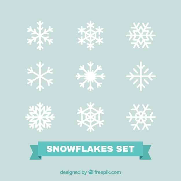 Packung mit weißen dekorativen schneeflocken in flaches design Kostenlosen Vektoren