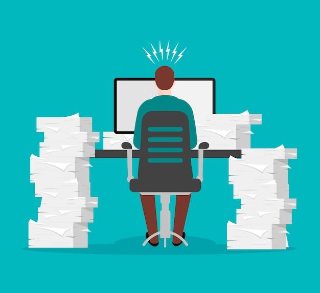 Papierkram und büroalltag. beschäftigter geschäftsmann im stress am arbeitstisch unter vielen dokumenten. papierblätter stapeln sich. haufen weißer papiere Premium Vektoren