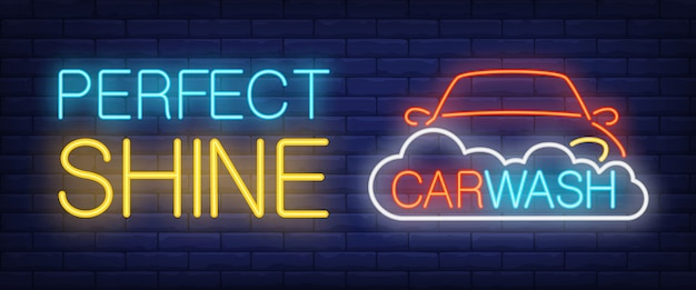 Perfekter glanz, autowasch neon text mit auto und schaum Kostenlosen Vektoren