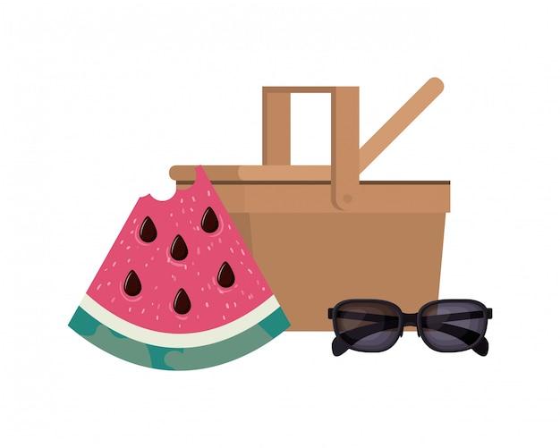 Picknickkorb mit einer portion wassermelone Kostenlosen Vektoren