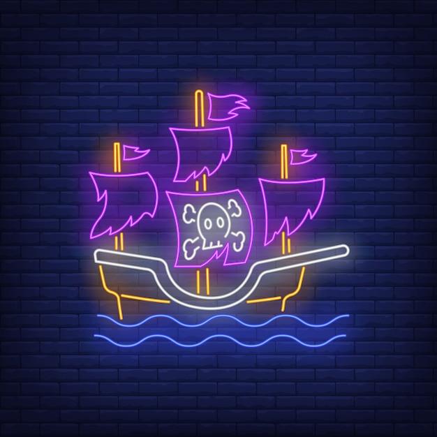 Piratenschiff mit zerrissener segelleuchtreklame Kostenlosen Vektoren