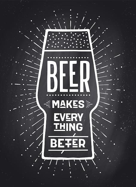 Plakat oder fahne mit text bier macht alles besser. schwarzweiss-kreidegrafikdesign auf kreidetafel. plakat für menü, bar, kneipe, restaurant, bierthema. Premium Vektoren