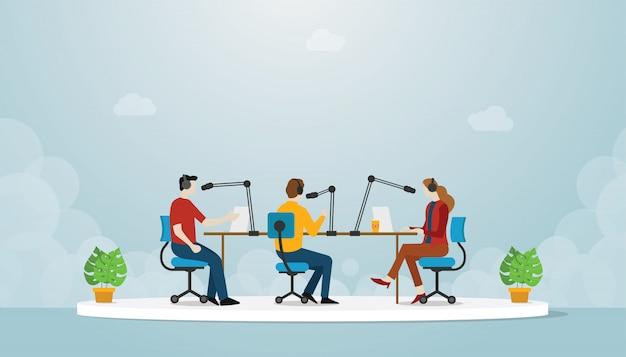Podcastteamproduktion mit leutemann und -frau sitzen und besprechen gebrauch mic-sprecher für das podcasting mit moderner flacher art - Premium Vektoren