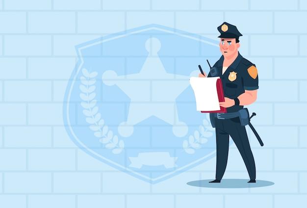 Polizist-schreibens-bericht, der einheitlichen polizisten-schutz über ziegelstein-hintergrund trägt Premium Vektoren