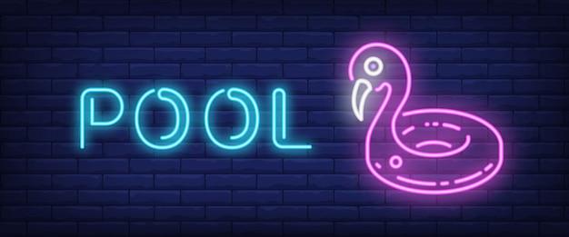Pool-neon-text mit schwimmring Kostenlosen Vektoren