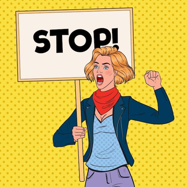 Pop art angry woman protestiert auf dem streikposten mit stop banner. streik- und protestkonzept. mädchen schreit auf demonstration. Premium Vektoren