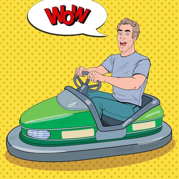 Pop art aufgeregter mann, der bumber car auf der fun fair reitet. kerl in dodgem im vergnügungspark. Premium Vektoren