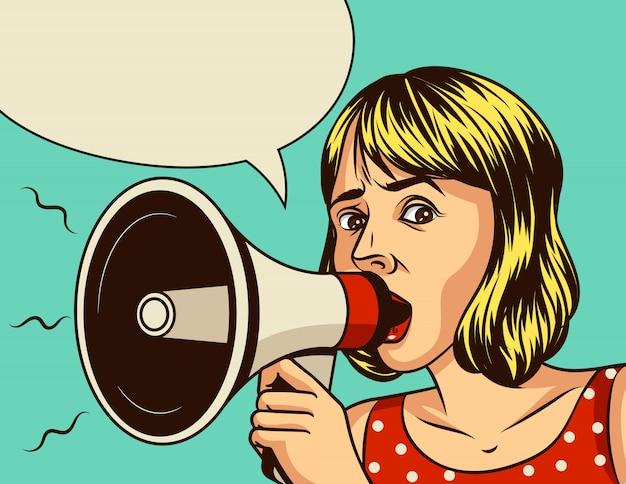 Pop-art-comic-stilillustration eines schönen mädchens, das einen lautsprecher hält. das weinleseplakat des frauengesichtes eines emotionalen ausdrucks mit einem megaphon über einem blauen hintergrund. Premium Vektoren