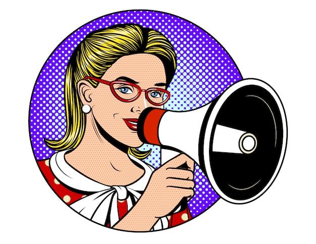 Pop-art-comic-stilillustration eines schönen mädchens, das einen lautsprecher über einem blauen punkthintergrund hält. glückliches frauengesicht mit einem megaphon, das eine nachricht erzählt. junge frau, die informationen ankündigt Premium Vektoren