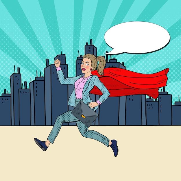 Pop-art-super-geschäftsfrau mit rotem kap, das mit aktentasche läuft. Premium Vektoren
