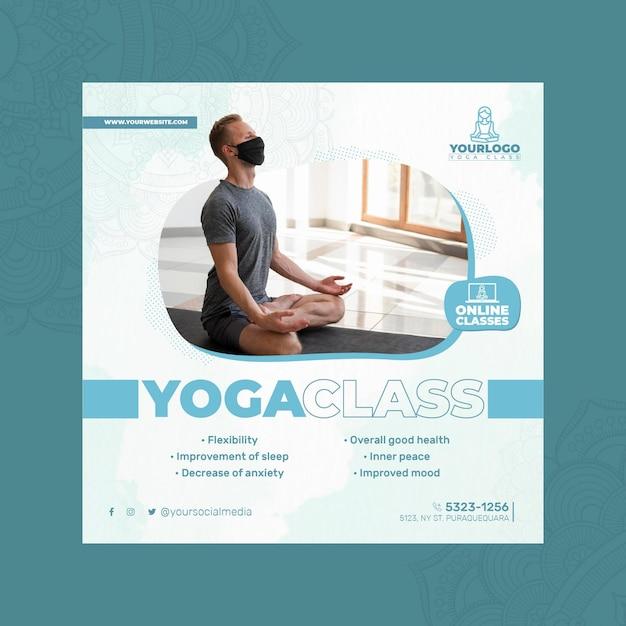 Quadratische flyer-vorlage für yoga-praxis mit mann, der medizinische maske trägt Premium Vektoren