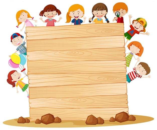 Rahmen mit glücklichen kindern um holzbrett Kostenlosen Vektoren