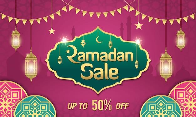 Ramadan sale banner design mit golden glänzendem rahmen, arabischen laternen und islamischem ornament auf lila Premium Vektoren