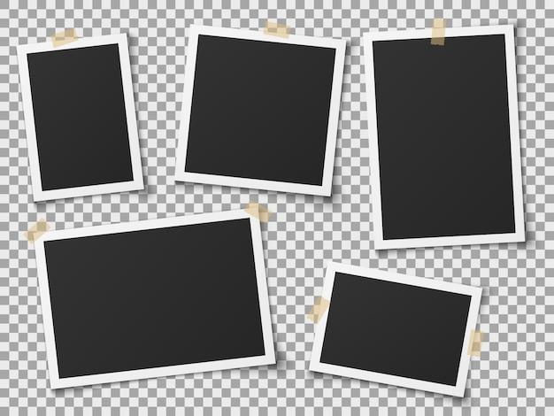 Realistische bilderrahmen. vintage leere fotorahmen mit klebebändern. bilder an der wand, retro-erinnerungsalbum. vektorschablone Premium Vektoren