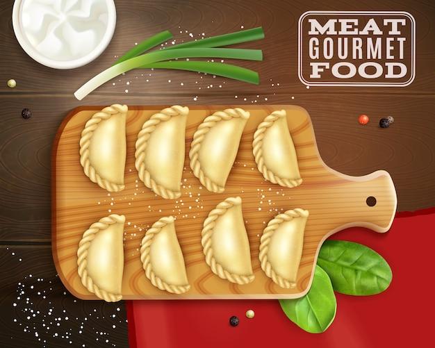 Realistische fleisch-gourmet-nahrungsmittelzusammensetzung mit draufsicht der holzplatte mit knödelsalz- und grünvektorillustration Kostenlosen Vektoren