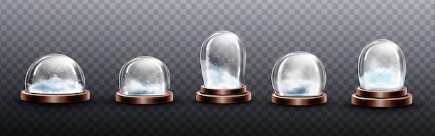 Realistische glaskuppeln mit schnee, weihnachtskugel-souvenirs, isolierten kristallhalbkugelbehältern auf kupfer- oder messingboden verschiedener form und größe. festliches weihnachtsgeschenk modell, realistisches 3d-set Kostenlosen Vektoren