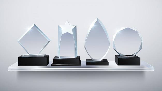 Realistische glastrophäenpreise, transparente diamantsiegerpreise auf regalvektorillustration. sammlung von auszeichnung und trophäe transparentem glas Premium Vektoren