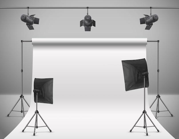 Realistische illustration des leeren fotostudios mit leerem weißem schirm, lampen, blitzscheinwerfer Kostenlosen Vektoren