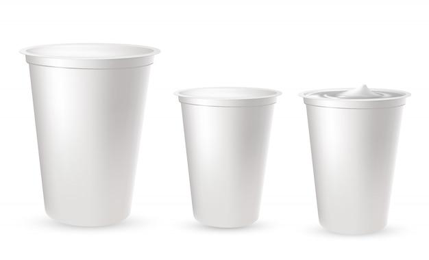 Realistische kunststoffverpackungen für joghurt Premium Vektoren