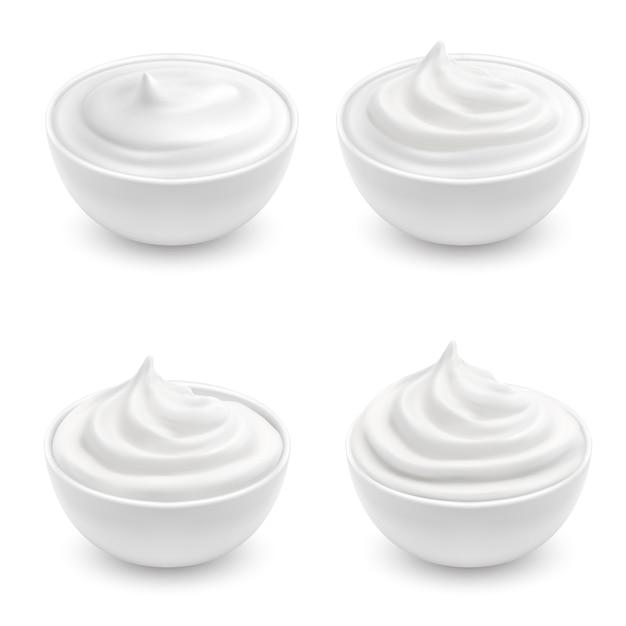Realistische reihe von weißen schalen mit saurer sahne, mayonnaise, joghurt, süße nachspeise Kostenlosen Vektoren