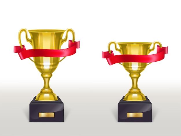 Realistische schale 3d auf sockel mit rotem band, goldene trophäe auf stand mit streifen Kostenlosen Vektoren