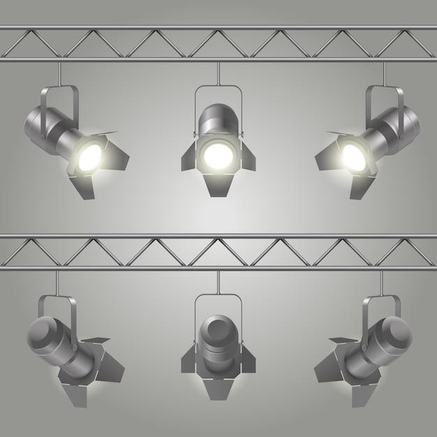 Realistische scheinwerfer, die an eisenplatten der decke hängen und auf bühnenvektorillustration leuchten Kostenlosen Vektoren