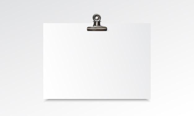 Realistisches modell des leeren papiers mit mappenclip Premium Vektoren