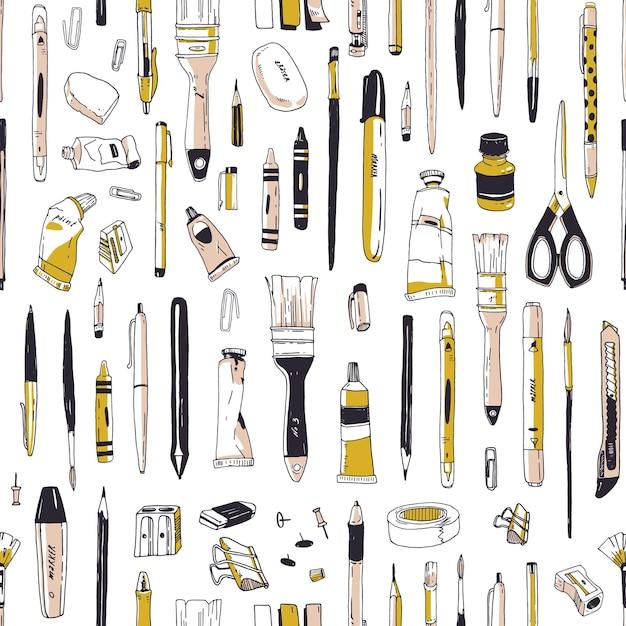 Realistisches nahtloses muster mit briefpapier, schreibgeräten, zeichenwerkzeugen oder kunstbedarfshand gezeichnet auf weiß Premium Vektoren