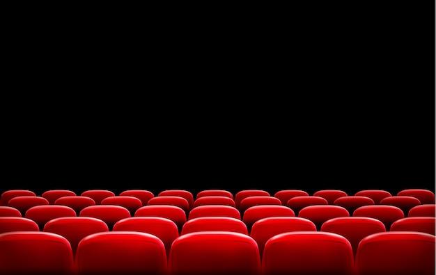 Reihen roter kino- oder theatersitze vor schwarzem bildschirm mit beispieltextraum. Premium Vektoren