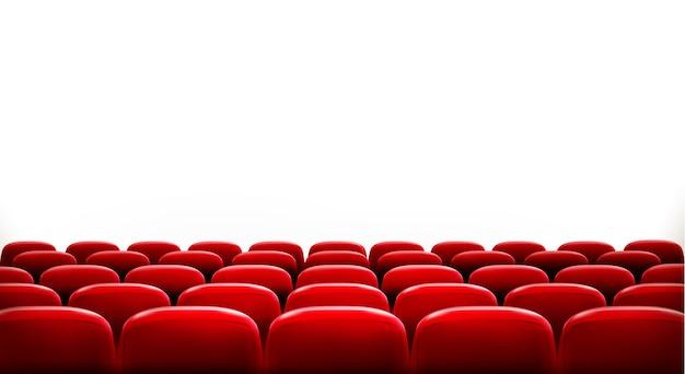 Reihen von roten kino- oder theatersitzen vor weißem leerem bildschirm mit beispieltextraum. Premium Vektoren