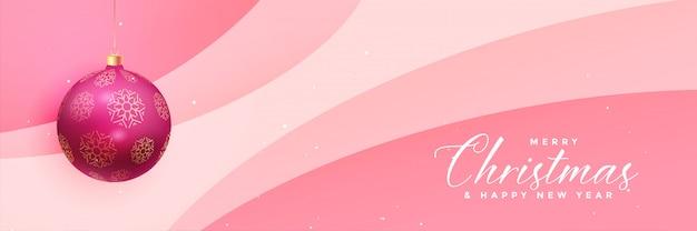 Reizende rosa weihnachtsfahne mit realistischer kugel Kostenlosen Vektoren