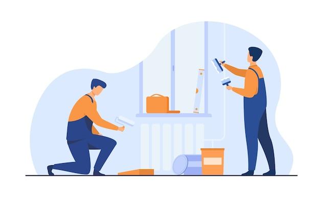 Renovierungsarbeiter reparieren wohnung. handwerker in overalls, die wände dekorieren und streichen. vektorillustration für exkursions-, personen- und kulturkonzept Kostenlosen Vektoren