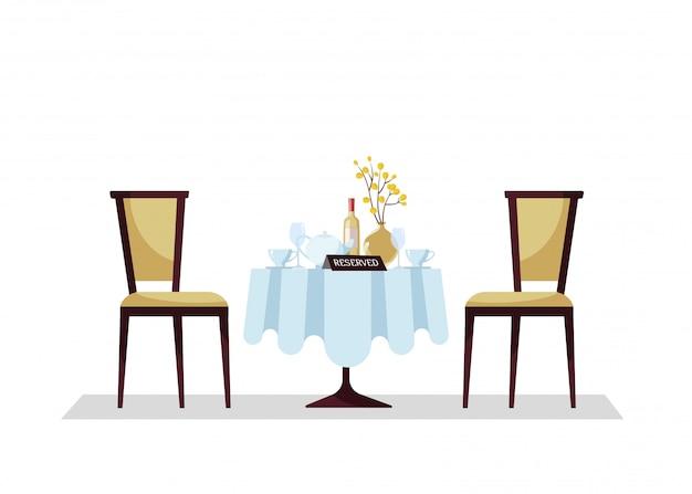 Reservierter teurer restaurantrundtisch mit tischdecke, anlage, weingläsern, weinflasche, teekanne, schnitten, reservierungs-tischschild darauf und zwei weichen stühlen. Premium Vektoren