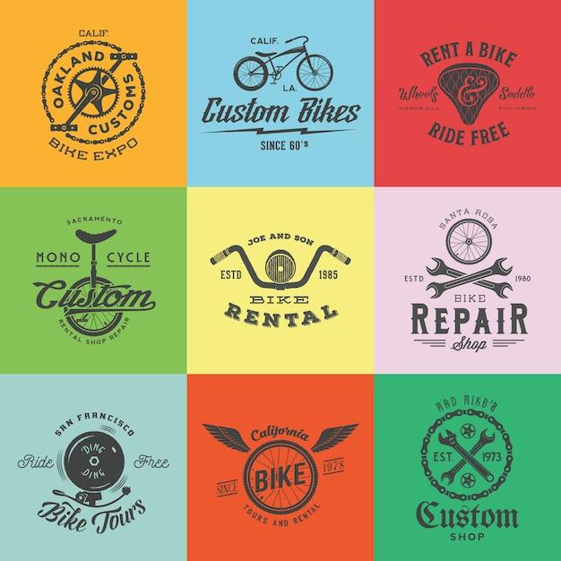 Retro custom bicycle labels oder logo templates set. fahrradsymbole, wie ketten, räder, sattel, glocke, schraubenschlüssel usw. mit vintage-typografie. Premium Vektoren