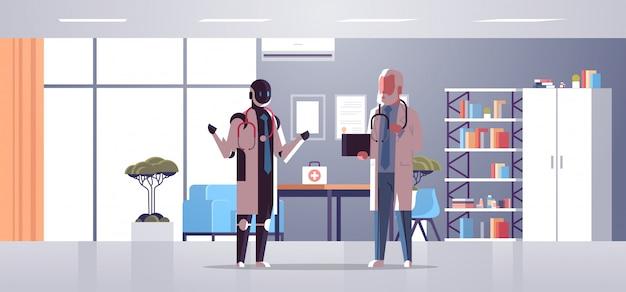 Roboter und menschliche doktoren, die während des treffens des robotercharakters gegen den mann zusammen steht technologiekonzept-krankenhausbüroinnenraum der künstlichen intelligenz in voller länge horizontal sich besprechen Premium Vektoren