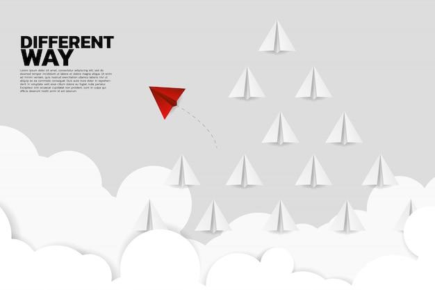 Rotes origamipapierflugzeug geht unterschiedliche weise von der gruppe Premium Vektoren