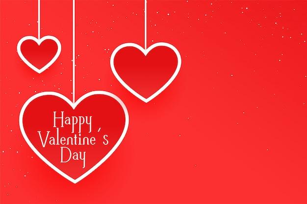 Säubern sie rote grußkarte des valentinstags mit hängenden herzen Kostenlosen Vektoren